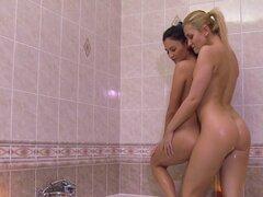 Afeitar coños lesbianas en la ducha. Dos novias lesbianas duchando y afeitándose las piernas y coños lesbianas luego digitando y lamiendo agujeros húmedos hasta un gran orgasmo