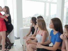 Impresionantes lesbianas con asnos perfectos y piel lisa tienen una orgía de grupo. Un grupo de mujeres se horny pero no hubo chicos alrededor por lo que decidieron satisfacer mutuamente sexual deseos sin penes en IezGamescom