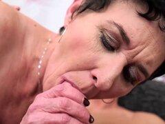 Pelo corto abuela toma un joven pinchazo su tubo sexy amor. Pelo corto abuela toma un joven pinchazo su tubo sexy amor