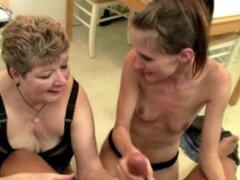 Abuela gorda y adolescente flaco comparten una carga de semen. Abuela gorda y adolescente flaco comparten una gran carga de semen juntos