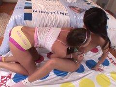 Euro adolescentes Erotica - Colegio adolescentes con cuerpos de playmate ir lesbianas. La húngara Cindy y dúo de Cindy, son un par caliente de las niñas que aún no puede jugar Twister sin tener que levantarse a maldad, travesura lesbiana que es