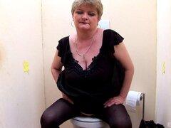 Abuela con tetas grandes caídas y su increíble aventura en el baño