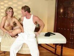 Muy complicado spa de masajista atractivo