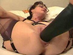 Madura ama de casa puños y estirar su coño con consolador gigante