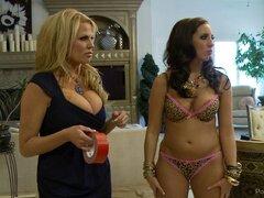 Estrellas porno tetonas divertirse un poco detrás de las escenas - Kelly Divine, Kelly Madison, Ryan Madison