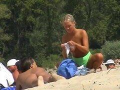 Kinky chica no tiene nada que ocultar de cam voyeur, película de voyeur de playa muestra una hermosa chica rubia quitándose su tanga sexy y disfrutando de ella mientras broncea su zona bikini.