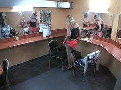 Consolador de voyeur en salón de belleza, voyeur Clip con Nena jugando con consolador en el salón de belleza