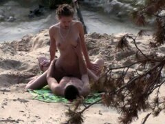 Pareja en la playa de arena 1. Pareja en la playa de arena 1.
