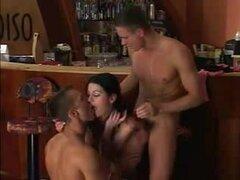 impresionante trio bisexual en bar parte 1,