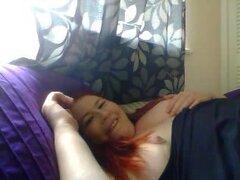 Ojo BBW pelirroja folla a la webcam, la amateur gordita de pelirroja seductora por webcam. Envuelto en sábanas de Satén ella mueve su lengua perforada y juega con su suave boob expuesta. Me enciende aun sin ver el video. No es una tarea fácil.