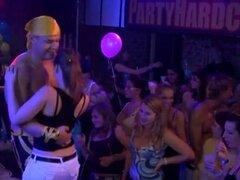Yong Girl follada duro después del baile. Yong Girl follada duro después de bailar por el camarero negro detrás
