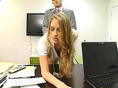 Un jefe insaciable folla a su secretaria en su oficina