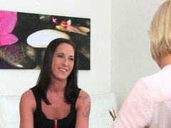 Morena caliente consiguió a su primera lesbiana lamiendo. Delgada morena vino a casting entrevista agente lesbiana rubia le da la bienvenida con algunos salvaje lamiendo y digitación de coño en el sofá de casting