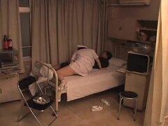 Enfermera traviesa Chubby obtiene algunos golpes correcto en la cama, gordita, tetona y muy follable enfermera japonesa obtiene golpeó en la cama del hospital por su paciente en este video de sexo japonesa y se ve realmente muy bien. Ella es toda una puta