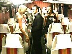 Hombre afortunado pasa un buen rato follandose a dos chicas calientes mientras viajan en autobus