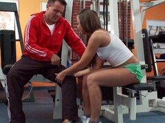 Cumplir con el instructor de gimnasio obsceno que fucking hardcore en sus instalaciones