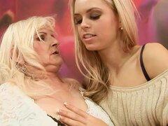 Hermosa lesbiana Strapon adolescente follando a una abuela cachonda