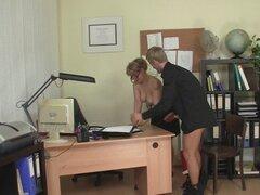 Chico folla a mujer madura de la oficina en el piso. Chico folla a mujer madura de la oficina en el piso