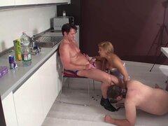 El marido esclavizado mira como follar a su esposa