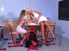 Sexo lésbico de aula con dos chicas adolescentes calientes fumar