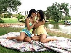 Dos chicas lindas elaborar y practicar el anilingus
