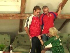 El aficionado al fútbol de la abuela se traga dos pollas. Abuela aficionado al fútbol se traga dos pollas