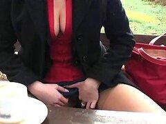 Caliente morocha sexy deja que camarografo sienta sus jugosas tetas en publico