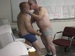 Dos chicos gay de la oficina de chupar alguna polla dura profunda