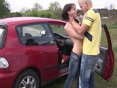 Adolescente coño y culo follan al aire libre