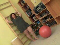 Instructor de fitness flequillo BBW por detrás. Instructor de fitness flequillo BBW por detrás