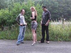 Público - trío de sexo en público por una carretera