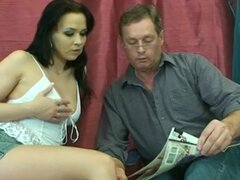 Papá quiere joder a su puta joven, su hombre maduro caliente y ella para un buen armado