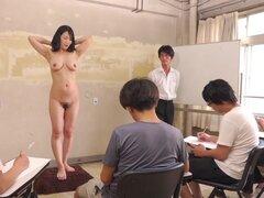 Subtitulado CMNF ENF tímido milf japonesa desnuda del arte clase en HD, extraño show Japonés de juego donde una milf japonesa con senos caídos se le indica que tira para una clase de arte desnudo y masturbarse mientras los estudiantes bosquejar hacia fuer