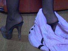 NylonScreen Video: Bessy y Claud. De rodillas en el sofá marrón grande en su nylon oscuro atraco con una liga, Bessy era todo barra de carne gruesa de Claud antes de que cambiaron a modo de sesenta y nueve. Las cintas rojos y la pretina de su liga junto c