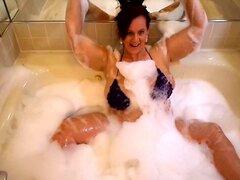 Bodacious esposa pone sus calientes curvas en pantalla en la bañera