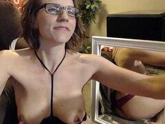 caliente chica con gafas en la webcam