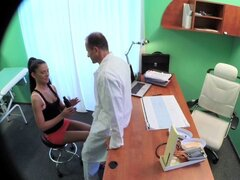 Sexy dama ventas hace doctor cum dos veces como pulsan un reparto... Sexy dama ventas hace doctor cum dos veces como pulsan un reparto