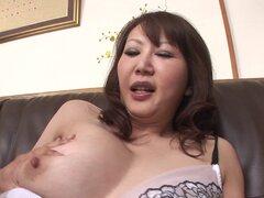 Peludas madura mujer japonesa recibe un creampie en su coño - Waka Kano