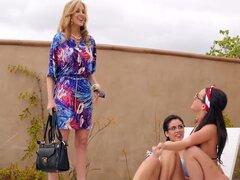 Julia de Blair y Rahyndee se mete en un trío de lesbianas caliente, veranos de Blair, Julia Ann, y Rahyndee James entrar en un trío de lesbianas caliente y sensuales. Mira a estas chicas calientes disfrutar de pussy galore!