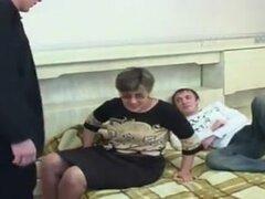 Caliente madre rusa folla a dos tios, madre madura rusa consigue en pollas de dos chico