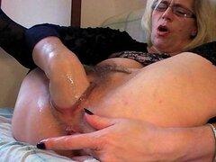 Abuela folla a su puño