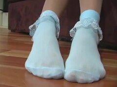 """Chupar dedos de los pies de Lindsay. Lindsay juega en shorts blancos muy ajustados y brillantes pantimedias desnudas. """"Do quiere golpear me? """" como ella levanta los pantalones cortos ajustados. Pantalones cortos y top ahora, ella unos rodillos"""