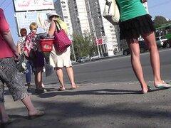 Divertido upskirt bragas mirando caliente con mini falda negra, video upskirt Real con asombrosa hottie amateur en demasiado sexy negro con falda y bragas divertidas en público.