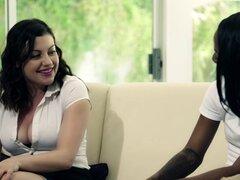 Lésbico interracial con belleza blanca y su amiga de ébano - Sovereign Syre, Sarah Banks