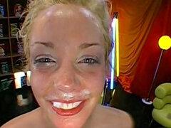 Bukkake hardcore con rubia sonriente