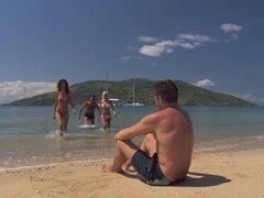 Ardiente pelirroja Leanna Sweet obtiene su culo cerrado de golpe en una playa
