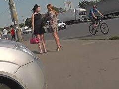 Imágenes Upskirt de una chica caliente en bragas clásicas, dos chicas fueron caminando, llevar faldas. Voyeur filmado el video de la falda del ASNO Atlético de uno de ellos.