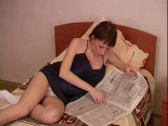 Mamá embarazada suavemente follada por sus jovenes vecinos... F70