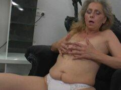 Madura madre masturbándose viendo xHamster. Madura madre masturbándose viendo xHamster