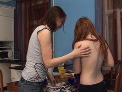 Dos jóvenes lesbianas tetonas masturbándose, dos excelentes jóvenes tetonas lesbianas lamiendo y masturbando sus orejeras delicioso